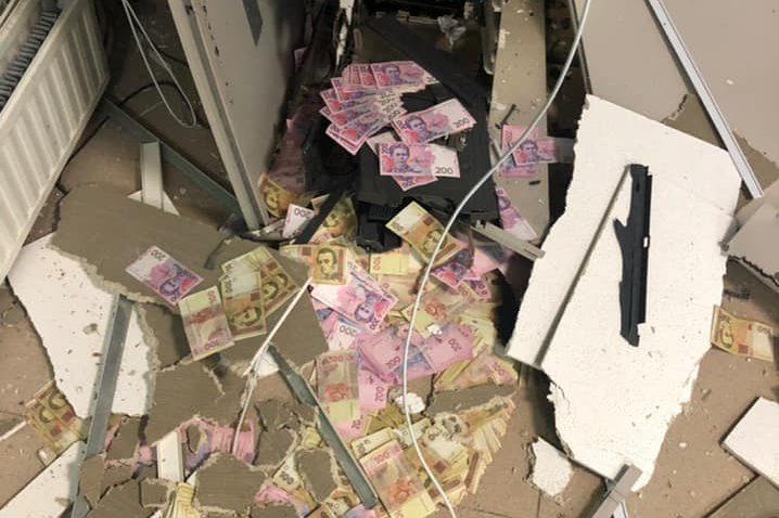 Предварительно, преступники запустили в банкома газ, вследствие чего аппарат буквально разорвало