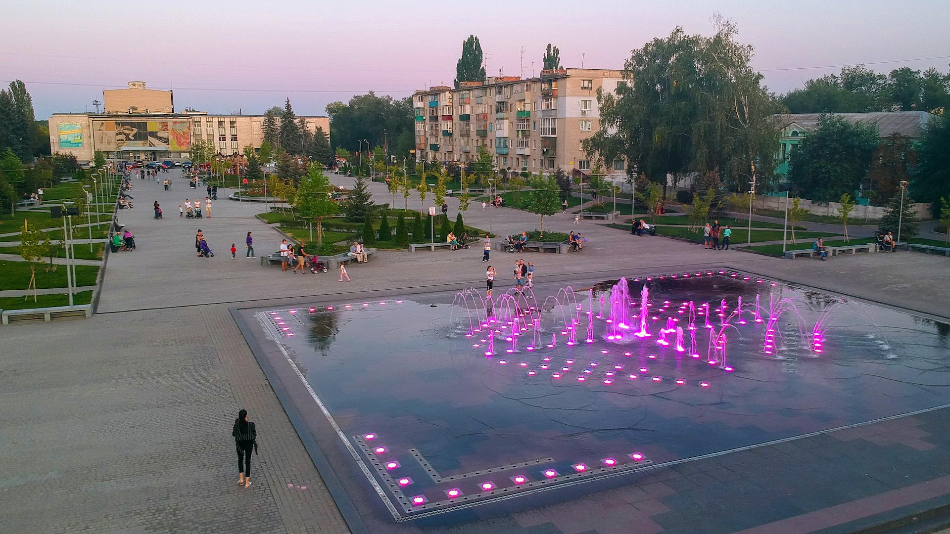Вечерняя Площадь Героев и Городской фонтан