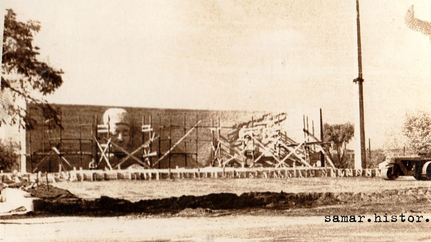 """Зводять меморіал """"Вічна Слава"""". Новомосковськ, кінець 1960-х років"""