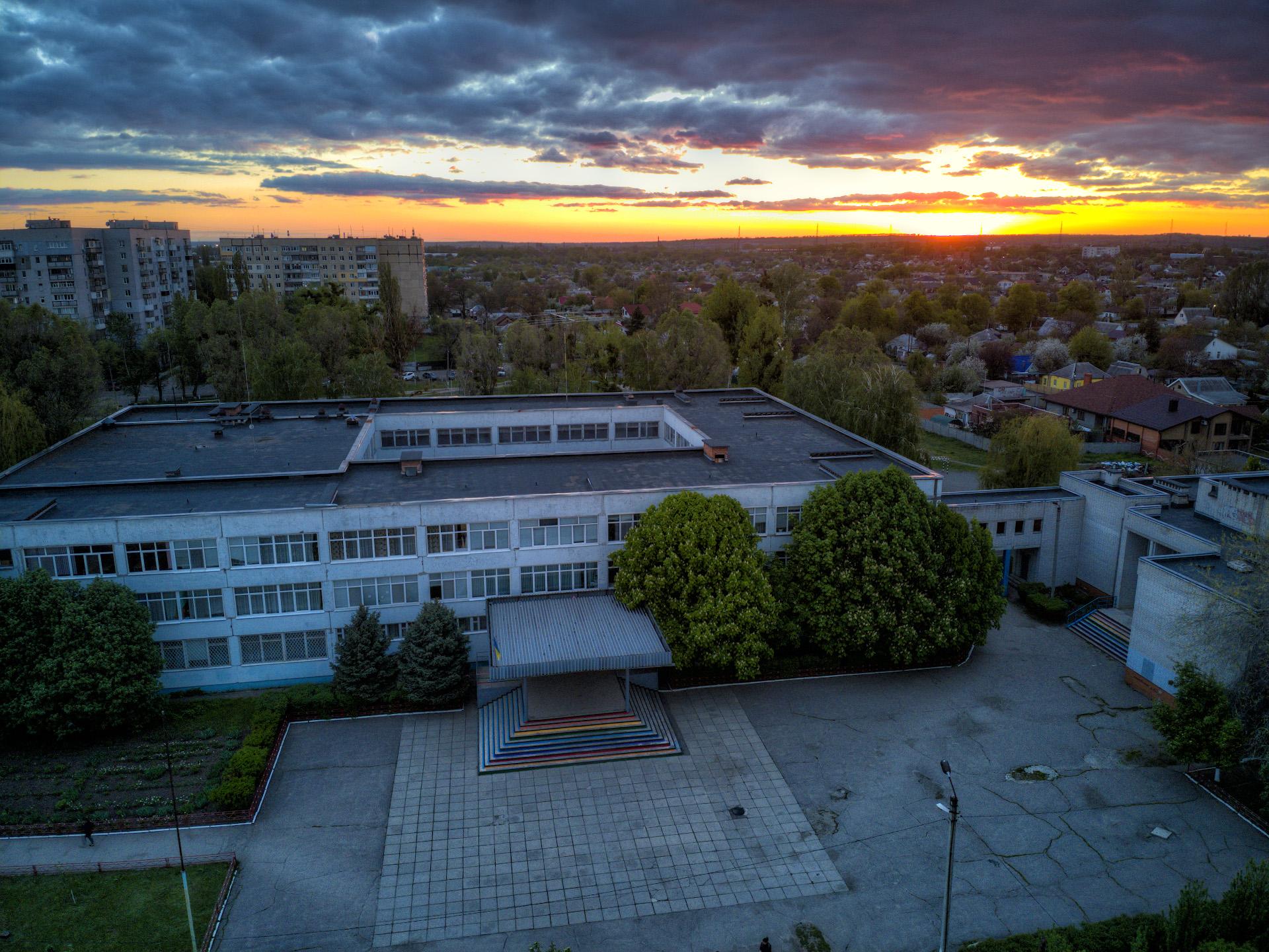 Двор школы №6 в лучах заката, май 2021